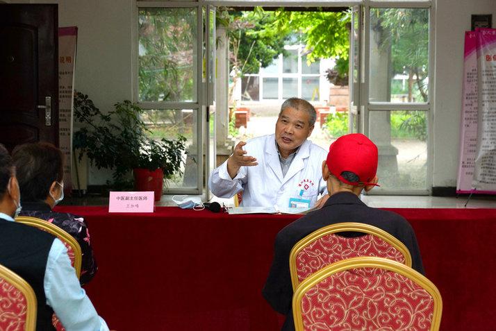 公寓医疗志愿者王加鸣副主任医师为老人进行饮食健康讲座