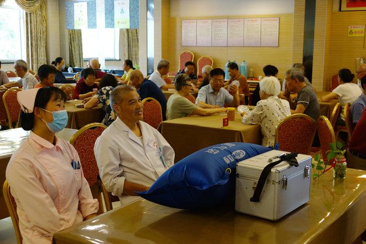 在比赛期间,由公寓康复医院医护人员为老人保驾护航